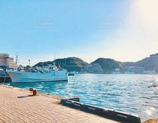 早朝の漁港の写真・画像素材[3573287]