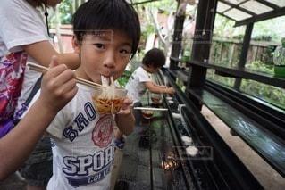 食べ物を食べている小さな男の子の写真・画像素材[3533123]