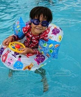 プールで泳いでいるこどもの写真・画像素材[3630556]