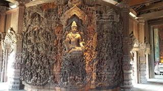 彫刻が細部まで施された美しい仏像の写真・画像素材[3481189]