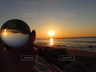 空,太陽,朝日,ビーチ,水面,海岸,正月,お正月,日の出,新年,初日の出,水晶玉,クリスタルボール,レンズボール