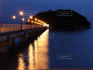 ライトアップされた橋の写真・画像素材[4221296]