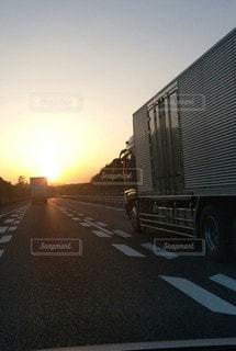 夕焼けの高速道路の写真・画像素材[3422492]