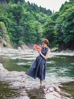 西瓜と川遊びの写真・画像素材[3571064]
