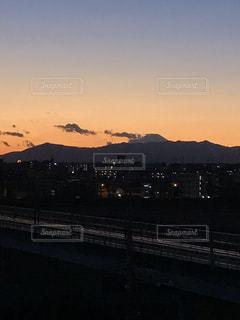 遠くに富士山を望む夕景の写真・画像素材[3433261]