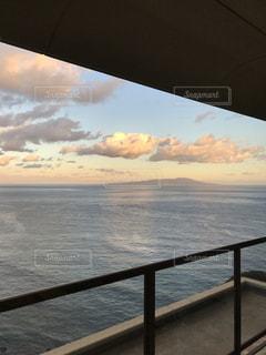 夕焼けの雲と水平線の写真・画像素材[3433262]