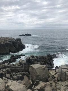 岩にぶつかる波しぶきの写真・画像素材[3441077]