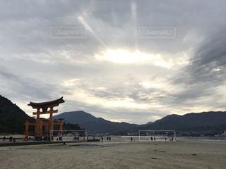 鳥居と雲の群の写真・画像素材[3441074]