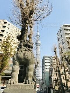 建物の前にある彫像の写真・画像素材[3506688]