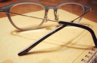 テーブルの上のメガネの写真・画像素材[3645966]