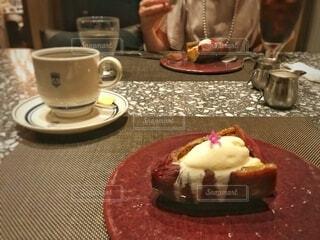 デザートの皿と一杯のコーヒーの写真・画像素材[3710020]