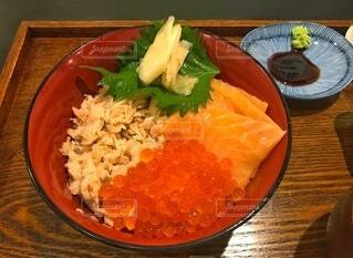 皿の上にいくら丼の写真・画像素材[3710021]
