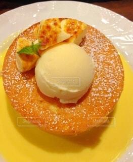 スフレパンケーキのアイスクリーム添えの写真・画像素材[3978725]