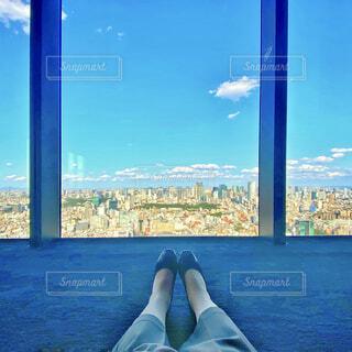 女性の足元から眺める東京都心の景色の写真・画像素材[4411531]