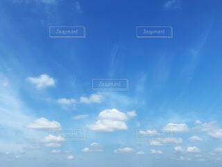 青空に浮かぶ雲の群れの写真・画像素材[4609275]