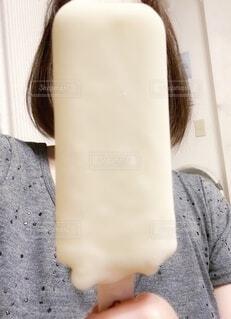 部屋でミルクアイスを食べようとする女性の写真・画像素材[4683965]