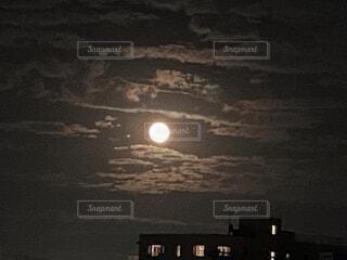 雲の合間から見えた満月の写真・画像素材[4838576]