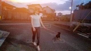 女性,犬,屋外,夕暮れ,歩く,散歩,オレンジ,涼しい,道,人,風,運動,ゆっくり,気持ちいい,マスク