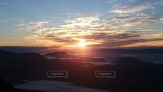 山から眺める朝日の写真・画像素材[3444528]