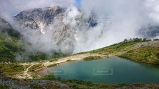 山腹の湖の写真・画像素材[3444755]