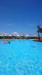青い空とプールの写真・画像素材[3445708]