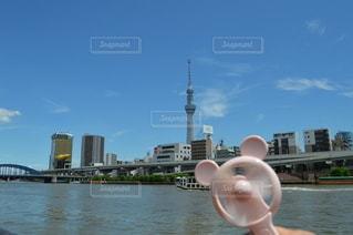 ハンディファンを持って川辺を散策の写真・画像素材[3481110]