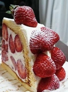 苺たっぷりケーキの写真・画像素材[3502741]