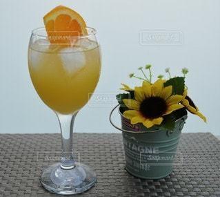 氷で冷たいオレンジジュースの写真・画像素材[3511349]