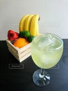 氷が浮かぶレモンジュースの写真・画像素材[3564506]