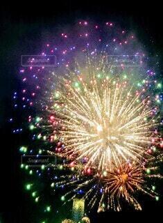 夜空に輝く打ち上げ花火の写真・画像素材[3622216]