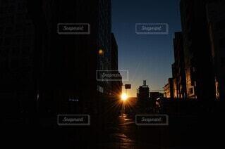 空,建物,冬,太陽,朝日,道路,景色,街,光,都会,高層ビル,正月,お正月,日の出,通り,新年,初日の出,明け方,サンライズ