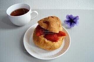 苺のシュークリームの写真・画像素材[4367785]