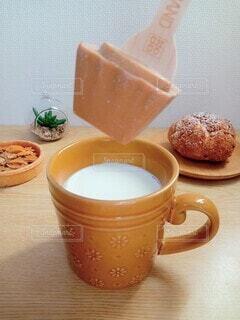 ホットミルクに溶かしての写真・画像素材[4950442]