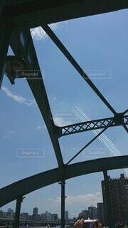 風景,空,建物,橋,ビル,屋外,東京,雲,青空,飛行機,船,大空,風車,飛行機雲,隅田川,空中,カラー,遊覧船,ブルースカイ,飛行,オリンピック,ブルーインパルス,眺め,日中