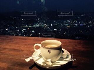 テーブルの上にコーヒーを一杯入れるの写真・画像素材[4139835]