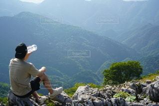 男性,飲み物,自然,スポーツ,水,山,登山,岩,休憩,人,山頂,ライフスタイル,飲料,水分補給,飲む