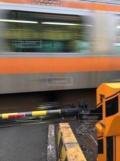 列車が踏み切り通過中の写真・画像素材[3507764]