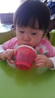 赤ちゃんを抱いた小さな女の子の写真・画像素材[3444731]