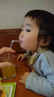 テーブルに座っている小さな女の子の写真・画像素材[3444737]