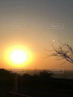 背景に夕日があるの写真・画像素材[3445187]