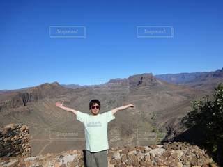 山の上に立っている男の写真・画像素材[3447763]