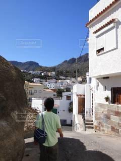 建物の前に立っている男の写真・画像素材[3447768]
