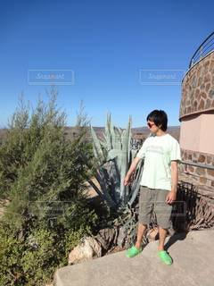 建物の前に立っている男の写真・画像素材[3447771]
