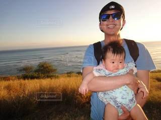カメラのポーズをとる赤ん坊の写真・画像素材[3448102]