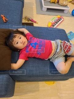 ソファに横たわる少女の写真・画像素材[3482430]