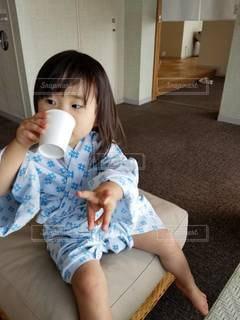 テーブルの上に座っている小さな子供の写真・画像素材[3542084]