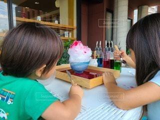 テーブルに座っている女性の写真・画像素材[3588745]