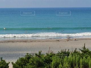 海の隣の砂浜の人々のグループの写真・画像素材[3607359]