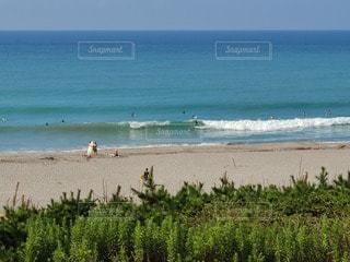 水の体の近くのビーチで人々のグループの写真・画像素材[3607360]