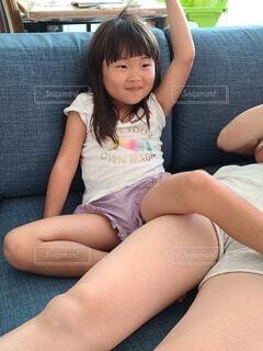 ベッドに座っている女性の写真・画像素材[3649056]